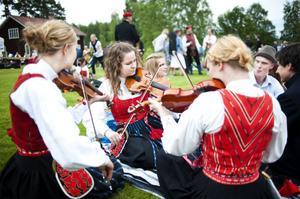 Caroline Skoglund, Karin Blomdahl och Elin Sjulgård spelade tidigare under dagen både i kyrkan och i marschen till Forngården.