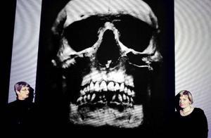 – Den kalkrika jorden har inneburit att alla skelett är välbevarade. Därför berättar kyrkogården på Västerhus väldigt mycket för oss. Elisabeth Iregren, till vänster, och Kristina Jonsson redogjorde för tio års forskningsarbete på Jamtli i lördags. Foto: Henrik Flygare