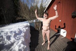 Bertil Sefbom ute på altanen där han brukar inta frukosten alldeles naken när det är varmt ute. Bara 50 meter därifrån åker bilarna förbi. – Människor får titta på mig, det bjuder jag på, säger han.