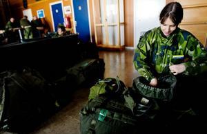 Tanja Andershem lägger sista handen vid sina personliga tillhörigheter som ska med på turen. Hon har varit med i hemvärnet cirka åtta år, sedan 2002 har hon lastbilskort och det är att köra som är hennes uppgift under resan till övningen.