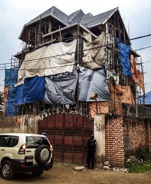 Så här bor Ljusdalspolisen Urs Bütikofer i Kongo. Vakter och taggtråd ger trygghet.