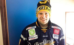 Viktor Mårtensson på plats i Borlänge Ishall med VIK-mössa och Borlängetröja.