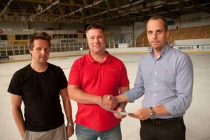 Mattias Karlsson (i mitten) skrev på kontraktet i måndags.