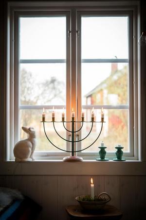 Levande ljus ger ett vilsamt fönster.