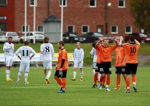 Ytterhogdal jublar efter 3–1 på Lövsta. Lagkaptenen (10) Magnus Teodorsson gör high five med sina lagkamrater.
