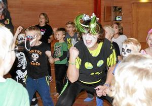 läskiga ledare. Zumbainstruktören Ann Rudfjäll gav järnet när hon dansade ihop med barnen i Rockhammars idrottshall. Detta var en ny och uppskattad aktivitet på lovet.