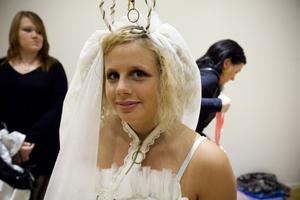 Line Nielsen fick bära upp bland annat en brudklänning.