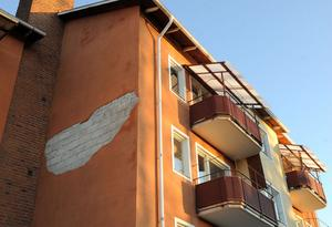 På ett lägenhetshus på Björkhamregatan lossnade putsen på fasaden när stormen Dagmar drog fram.