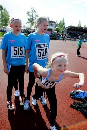 Linn Ahlborg, Tilda Westerlund och Emilia Wahlund från Ulvsäterskolan 5A värmde upp.