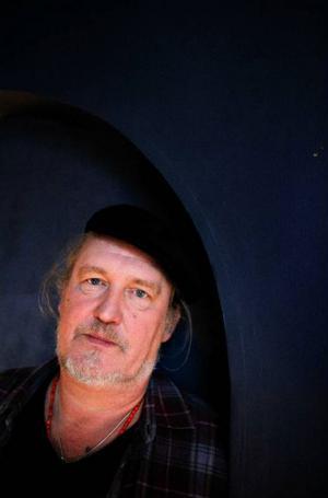 Plura Jonsson älskar att skriva. Just nu skriver han varje dag på sin blogg, om nya skivan