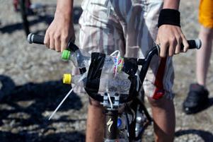 Till flythjälp används saker av olika slag, här är det petflaskor som gäller.