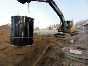 Nu har Överammer fått ett nytt reningsverk och i början av veckan lyftes det på plats och installerades. Den grävs ner och kommer i princip inte att synas. Martin Sjöberg styrde spakarna.