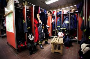 """Tillbaka till jobbet betyder tillbaka till               vardagsrutinerna för Daniel Hjalmarsson på brandkåren. För honom betyder det övningar mest varje dag för att hålla """"brandsläckarformen"""" i bästa form. Foto: Håkan Luthman"""