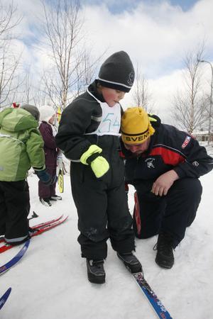 Jon Henriksson fick hjälp av pappa Sven-Erik med skidorna innan start.