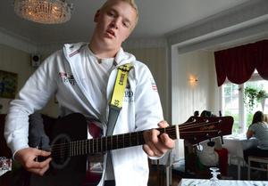 Musik som företagsidé. Dennis Andersson från Nora hade trubadur som sitt sommarprojekt.