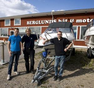 Jim Höglund Albert Johansson Lasse Essvik , som arbetade hos Berglunds båt  och motor före konkursen, är självklart glada över att få behålla jobben.