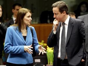 Tuffing. Finlands Mari Kiviniemi och Storbritanniens David Cameron talar ut. Den finska statsministern vill vara tuff, men borde tänka sig för. arkivbild: Michel Euler/scanpix