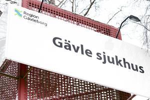 En 27-årig undersköterska åtalas för att ha stulit hundratals narkotikaklassade tabletter från Gävle sjukhus.