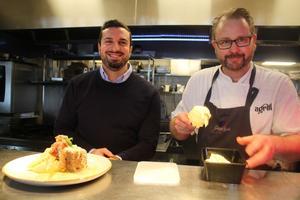 Emanuel Barhaido och kocken Pär Sommarström portionerar ut dagens lunch som ska säljas via nya appen.