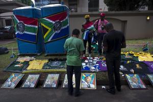 Sydafrikas expresident Nelson Mandela begravdes i Qunu, platsen där Mandela växte upp, inför 4 000 inbjudna gäster.