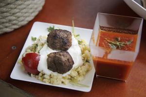 Köttbullar à la medelhav (gjorda av förra årets nötkreatur på gården) med bulgur och tomatsalsa stod på menyn.