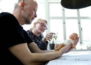 Jerker Sjödin försöker beskriva hur liten lillan var när hon kom till jorden. Det är inte helt enkelt.