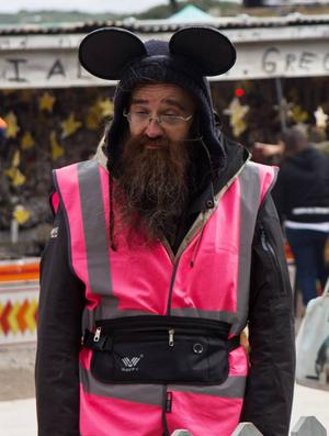 Man får köpa program av sur, irriterad personal, alla klädda i rosa västar och Disneyöron.