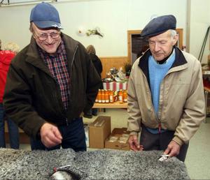 Olle Ajax (till höger) betonade att fårskinnen som såldes kom från hans hemby Färsån. Han hade sällskap av Kjell Undin, Helgum.