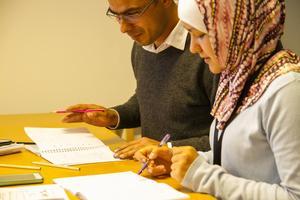 Daie Abdullatif och Elmaz Akimovo flydde från Syrien för sju månader sedan. Sedan tre månader bor de i Järvsö och de kommer till språkskolan på Folkan varje dag. Lennart och Kerstin Djeerf har inte bara hjälpt de med språket, utan med mycket annat och det syriska paret betraktar de som goda vänner.