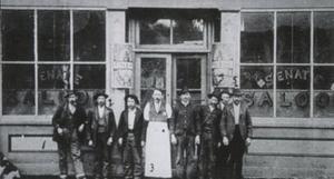 Givetvis hade staden Recen en egen saloon. den hette The Senate Saloon och här ser vi dess ägare Sumner Whitney, mitten, och några av hans gäster. Sumner Whitney blev sedan dödad i en skottväxling med banditen Pug Ryans gäng.