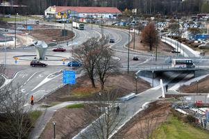 Vägsatsningen är nu klar. Runt 40 000 fordon per dygn passerar cirkulationsplatsen. De nya handelsetableringarna lär öka trafiken.