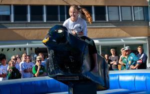 I ringen. Charlotte Flodman Thorsen utmanade den mekaniska rodeotjuren.