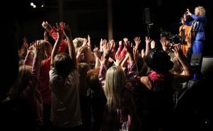 Ljudvallen sprängs när Mojje får alla barnen att sjunga