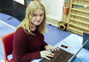 Linnea Jönsson-Fihlen från Nyhedens skola sitter och gör ett test vid datorn. Ett test som kan ge en uppfattning om vilka yrken man passar för.   – Jag vet inte vad jag vill bli. Jag har alltid velat bli så många olika saker, allt från sjuksköterska till florist så det känns jobbigt att välja. Kanske hjälper det här testet, säger Linnea.