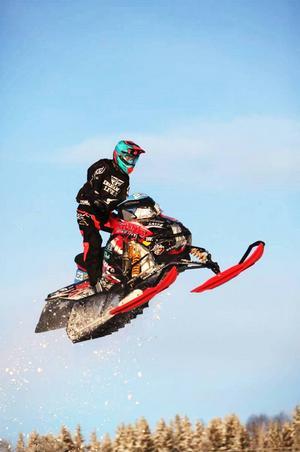 Robin Jonsson flyger fram i finalen av Arctic Cat Cup. När han väl landat, om mållinjen väl var korstad kom han sexa.
