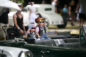 Små och stora lockas till bilshowen och dagen till ära fick även dockorna finkläder.