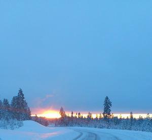 Bilden visar en skiljevägg mellan klart och mulet väder i soluppgång