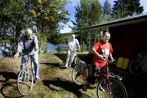 PÅ CYKEL. Det Italienska paret Giovani och Paula Rigo tycker om att cykla när de är i Sverige. Från vänster: Giovani Rigo, Ido Poloni och Paula Rigo.