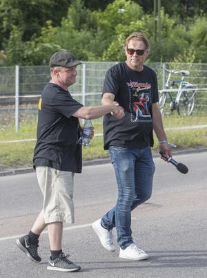Thomas Abrahamsson, speaker, och Klas Brink, arrangör, skakar hand.