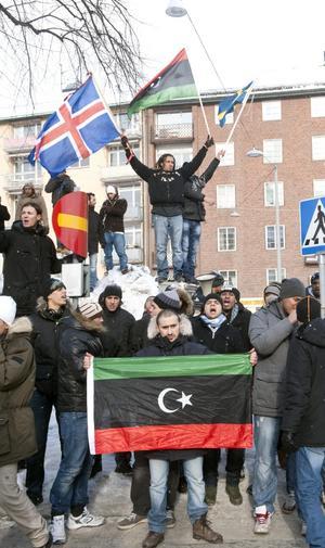 Gammal flagga till heders. Demonstranter i Stockholm använder den flaggan som användes i Libyen innan Muammar Gaddafi tog makten.foto: scanpix