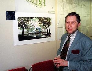 Gunnar Lidfeldt anno 1995, vid en skiss av Konserthuset.