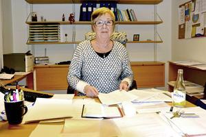 Eva Larsson, biträdande verksamhetschef vid medicinavdelningen på Lycksele lasarett, är skeptisk till att landstinget driver igenom länskliniker.
