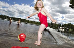 Äntligen får Elsa Skagerström, två och ett halvt år, bada. Storebrorsorna Alvin och Edvin har vågat sig ut på något djupare vatten.