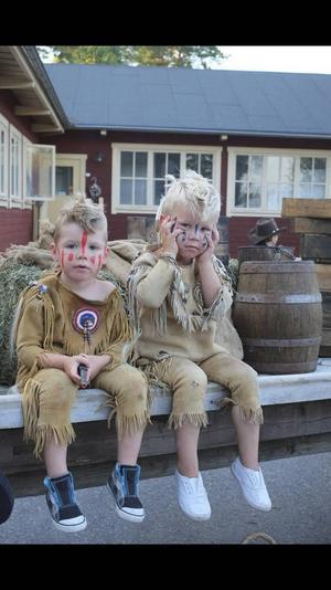 Den som vill kan komma utklädd i passande kläder till countryfestivalen på tisdag. Som Liam Nyström och Matteus Hedström som varje sommar deltar i countryfestivalen Pickadoll på Laxön.