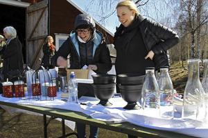 Elin Danielsson Berglund från inredningsboden nytt och nött packar en påse åt Elin Dahlkvist Frid.