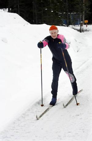 Lennart Söderhäll stakar med kraftfulla stavtag. Han tränar ofta på ospårad bilväg för att få sina mil inför Vasaloppet.