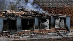 De rykande resterna av skolan i Kånna som totalförstördes i en brand natten till lördagen. Skolan var tänkt att användas som evakueringsbostäder för flyktingar.
