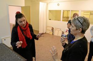 Vid inlämningen till Höstsalongen kom Suse Pop från Leken med ett par bidrag, och Karin Adolfsson från kultur- och föreningsförvaltningen tog emot. Arkivfoto: NA.