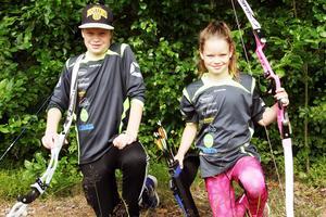 Syskonen Robin och Emma Viklund för BSK Edsbyn deltar i Junior-SM i bågskytte på hemmaplan.
