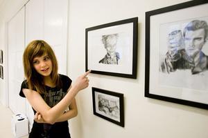 Miranda Hedman är intresserad av film. Hon visar blyertsteckningar som föreställer skådespelare och filmscener. Bland annat är det Batman och Harry Potter hon sett och inspirerats av. Miranda Hedman går på Östra skolan.